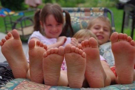 Fördelar med att låta barn gå barfota