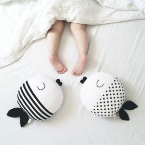 Barn med blottade ben