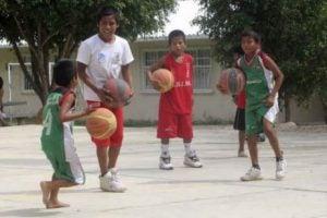 Barn spelar basket barfota