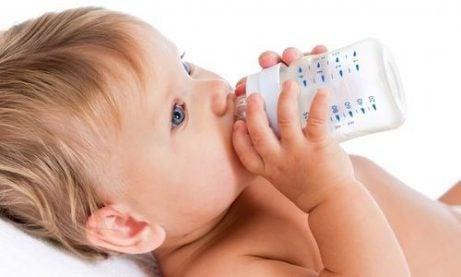 Bebis dricker från flaska