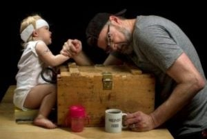 Far och dotter bryter arm