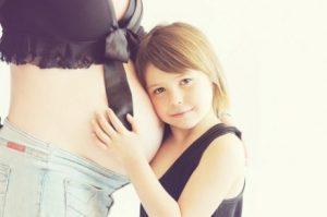 Flicka kramar gravidmage