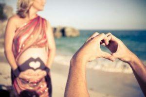 Gravid kvinna på strand