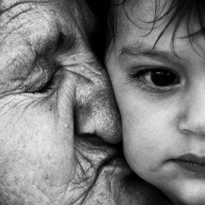 Mormor pussar barn
