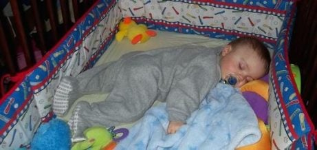 Vad gör jag om mitt barn sparkar av sig täcket?