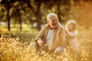 Farfar med barnbarn