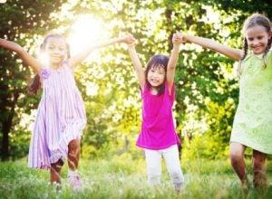 Flickor leker i gräset