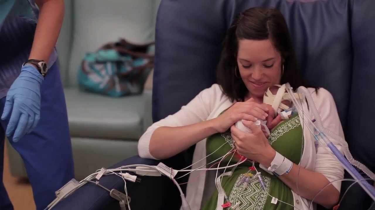 Den här videon visar att kärlek gör för tidigt födda bebisar starkare