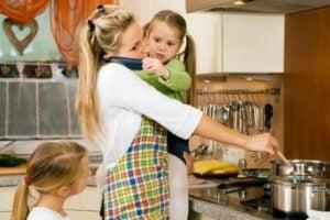 Upptagen mamma vid spisen