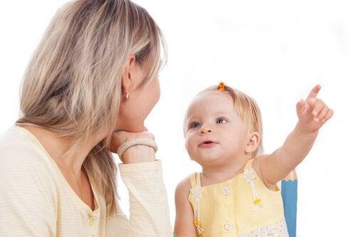 Praktiska övningar som kan hjälpa ditt barn att lära sig prata