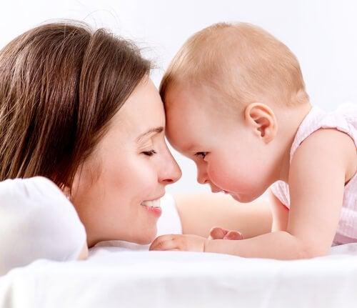 Mor som ler med barn