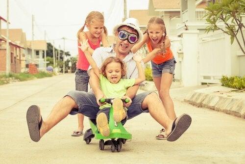Pappa som leker med barn