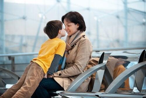 Pojke och mor vid flygplats