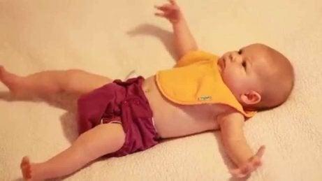 Bebis uppvisar omklamringsreflexen