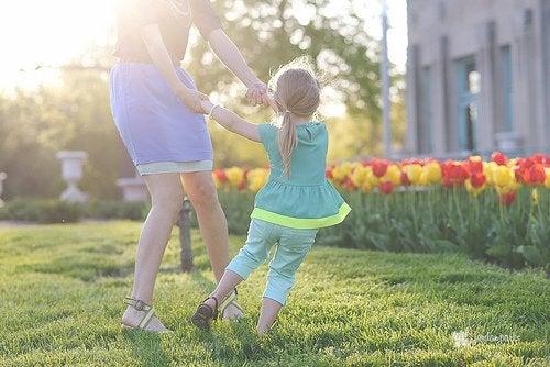 Mor och dotter bland tulpaner