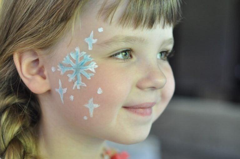 Barn med ansiktsmålning