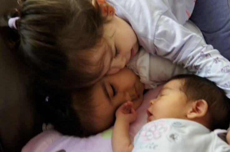 Hur man hjälper barn att komma över avundsjukan över den nyfödde