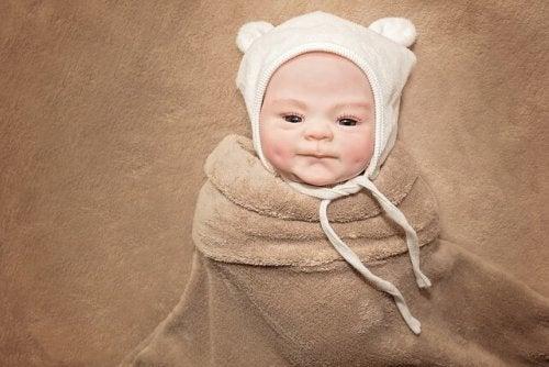 Bebis med mössa