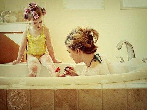 Mor och dotter vid badkar