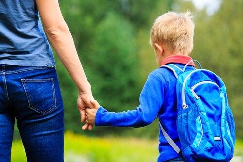 Mor och pojke går till skolan