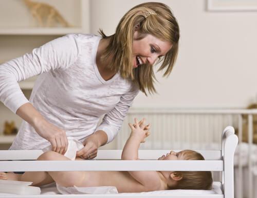 Mor som byter blöja