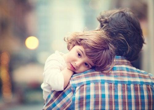 Pappa som bär barn