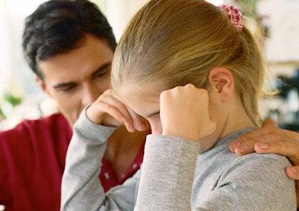 Pappa som tröstar dotter