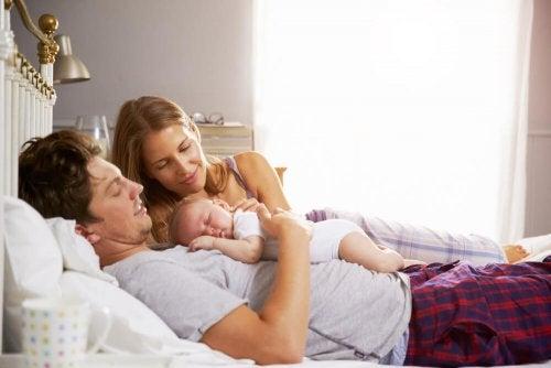 Borde barn sova med föräldrarna?