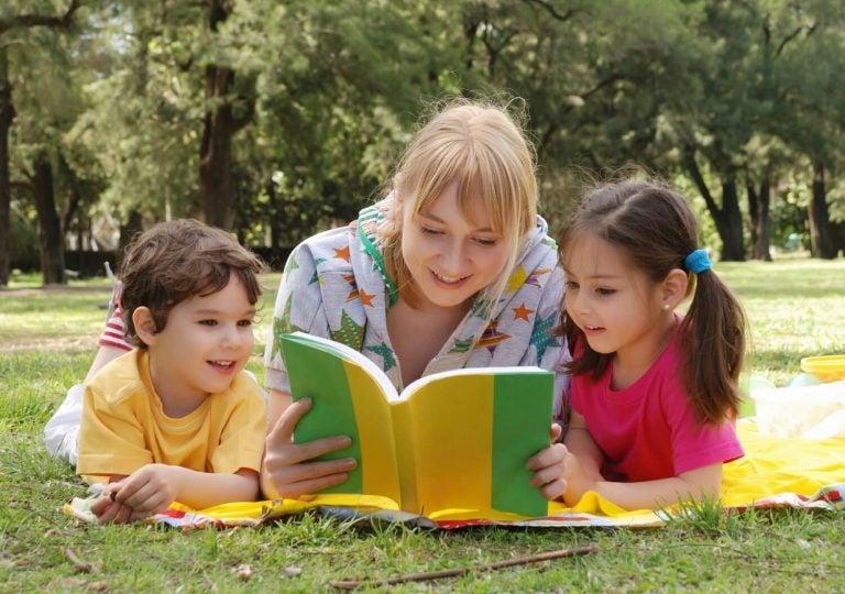 Mamma läser för barn
