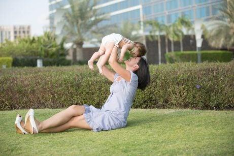 Mamma leker med bebis