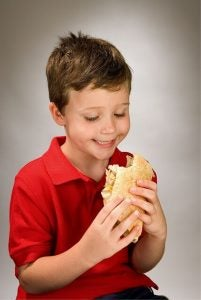Barn äter smörgås