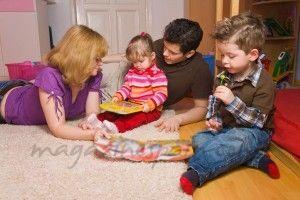 Barn och föräldrar som leker