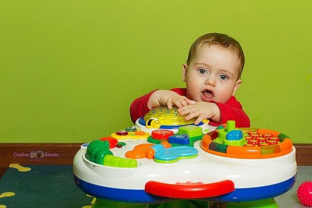 Barn som leker med leksak