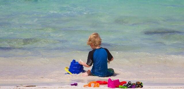 Barn som leker på strand
