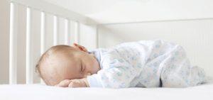Bebis i barnsäng