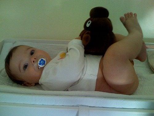 Bebis med mjukisdjur