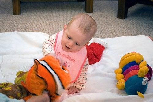 Bebis som leker med mjukisdjur