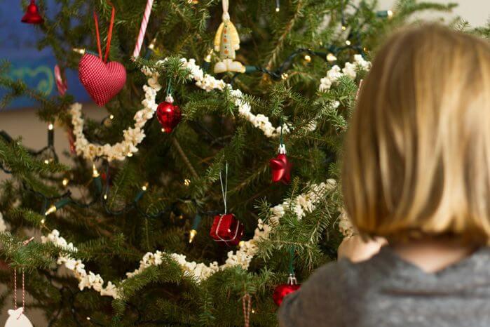 Flicka vid julgran