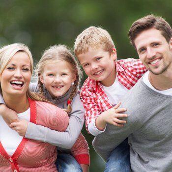 Glad familj med barn