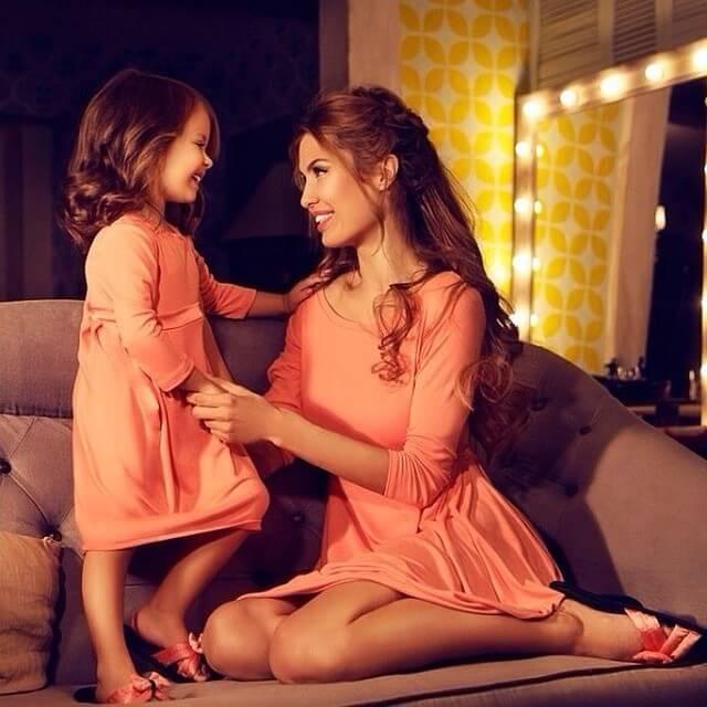 Mor och dotter i soffa