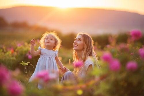 Mor och dotter på äng