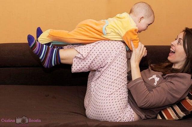 Månadsvisa aktiviteter för ditt barns första år i livet