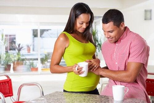Par i köket som väntar barn