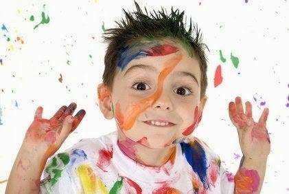 Pojke med målarfärg