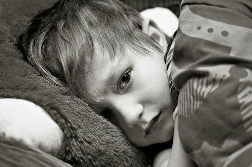 Sjuk pojke i sängen