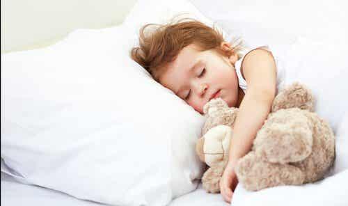 Så här många timmars sömn behöver barn beroende på ålder