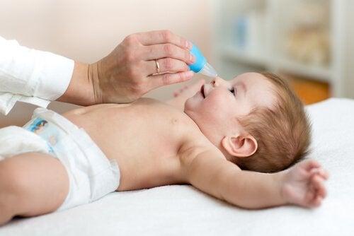 Hur man hjälper en bebis med täppt näsa
