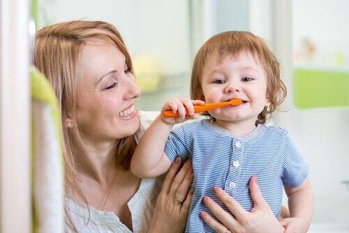 Barn borstar tänderna