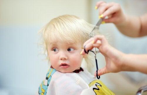 Barn hos frisören