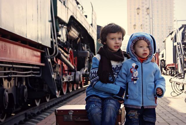 Barn vid tåg